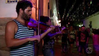 Bloco Assombrosos do Morro espanta desânimo e agita último dia de Carnaval em Paraty, RJ - Bloco é conhecido por atrais foliões com máscaras assustadoras; banda Santa Cecília também participou da festa.