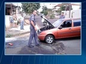 Carro em movimento pega fogo no Jardim Bela Dária - Bombeiros atenderam a ocorrência, em Presidente Prudente.