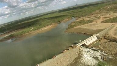 Ministério da Integração diz que vazamento na barragem de Sertânia foi contido - Reservatório Barreiro fica entre duas estações de bombeamento do eixo Leste do projeto de transposição do Rio São Francisco.