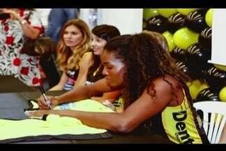 Jogadoras do Praia participam de noite de autógrafos em Uberlândia - Evento foi realizado em um supermercado da cidade com o intuito de aproximar os fãs da equipe