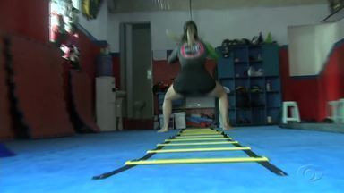 Atleta de Jiu-jitsu treina para lutar MMA - Vanessa Fotan se prepara para competir no MMA.