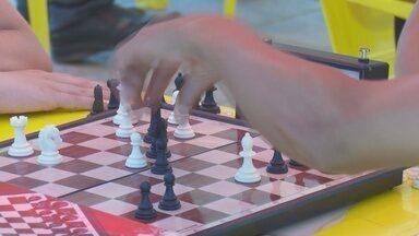 Festival de Xadrez acontece em Ariquemes - A calçada do centro de Ariquemes virou palco de um festival de xadrez neste sábado, 4, e domingo, 5. A proposta é divulgar a atividade e conquistar mais jogadores.
