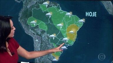 Semana começa com alerta de temporais em parte do Sudeste e do Sul - Em São Paulo, pode vir chuva volumosa. No Rio de Janeiro e sul de Minas Gerais, tem risco de raios e rajadas de vento de até 60 Km/h. Também tem previsão de chuva do Centro-Oeste até o Amazonas.