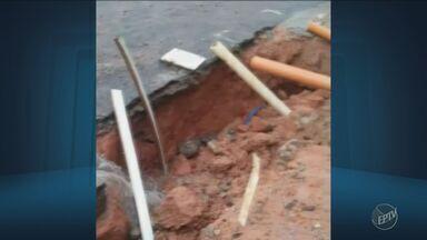 Moradores reclamam de buraco em rua do Jardim Bandeira 2, em Campinas - A Sanasa informou que um reparo preventivo foi realizado no local, porém, a chuva no final de semana voltou a danificar a rua.