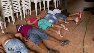 Denúncia anônima leva à prisão de quadrilha em SP - Uma denúncia anônima levou a prisão de uma quadrilha que estava escondida em Ribeirão Preto, São Paulo. A polícia suspeita que os bandidos façam parte de um grupo especializado em roubos de grandes valores.