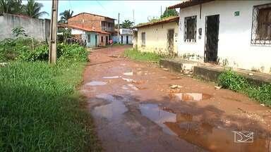Moradores reclamam de buracos em Bacabal - Na Rua Santa Clara a situação é precária e com as chuvas o trânsito fica bastante complicado.