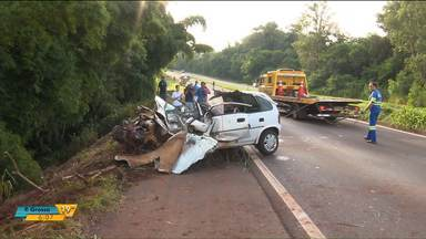 Corpos dos três jovens que morreram em acidente em Marialva são enterrados - O acidente foi no domingo (5).