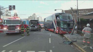 Dois ônibus se envolvem em acidente na manhã desta terça em Piracicaba - O acidente foi entre um ônibus municipal e outro rodoviário, que iria para Campinas. Segundo a polícia, o ônibus municipal não respeitou o sinal vermelho. Um dos motoristas ficou ferido.