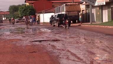 Trânsito fica comprometido em avenida em Caxias - Buracos estão atrapalhando o trânsito na Avenida Clodomir Cardoso, situada no bairro Volta Redonda.