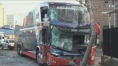Dois ônibus se envolvem em acidente na manhã desta terça em Piracicaba - Testemunhas disseram que o ônibus municipal avançou o sinal vermelho, atingindo o outro veículo, que bateu em um poste ao tentar desviar. Apenas o motorista da linha municipal de machucou.