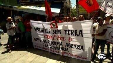 Integrantes de movimentos sociais fazem ato contra a paralisia da Reforma Agrária - Trabalhadores ruais ocuparam o prédio do Incra nesta terça-feira (7).