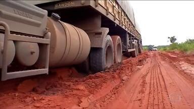Atoleiros viram transtorno para motoristas em vários pontos do país - As rodovias de Mato Grosso, MT-358, MT-430 e MT-437, responsáveis pelo escoamento de safras de soja e milho têm trechos quase intransitáveis.