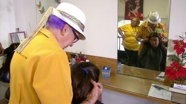 Voluntárias do Imip auxiliam mulheres com câncer a recuperar a autoestima - Elas fazem perucas e próteses especiais.