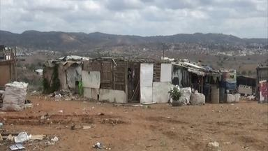 Apesar de proibidos, lixões ainda estão na ativa e são lar de famílias - Situação irregular acontece em dezenas de cidades.