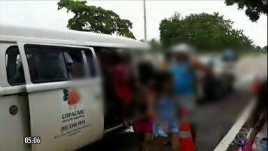 Motorista transportava 23 crianças em Kombi no CE - O motorista da Kombi colocou 23 crianças dentro do veículo. Ele estava dirigindo sem Habilitação. A polícia em Chorozinho, no Ceará, aplicou mais de R$ 1mil em multas ao proprietário.