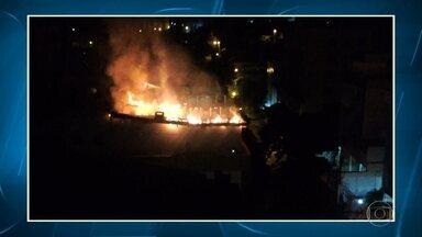 Incêndio atinge apartamento de cobertura em Belo Horizonte - Fogo começou na madrugada desta quinta-feira (9) no bairro União.