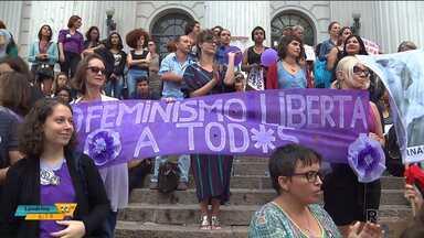 Dia da Mulher é marcado por manifestações em várias cidades do Paraná - Em Umuarama, Conselho Municipal da Mulher organizou manifestação na praça da cidade. Em Curitiba, ela se concentraram na praça Santos Andrade e saíram em passeata pela rua Marechal Deodoro.