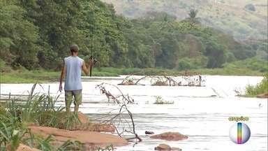 Após rompimento da barragem em Mariana, pescadores sofrem por falta de dinheiro - Eles não podem pescar, por causa de uma proibição do Instituto Nacional de Florestas.