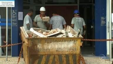 Agência da Caixa atacada por quadrilha em Jarinu continua fechada nesta terça-feira - A única agência da Caixa Econômica Federal em Jarinu vai continuar fechada nesta terça-feira. É que parte dela ficou destruída depois que uma quadrilha explodiu o cofre, na madrugada de domingo.