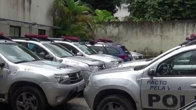 Dezenas de carros da Polícia Militar são flagrados parados em batalhões de PE - Veículos da frota dos batalhões da Polícia Militar em perfeito estado estão sem utilização