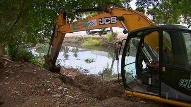 Prefeitura de Olinda faz limpeza em 15 pontos críticos de canais de esgoto - Canais costumam inundar em épocas de chuva, por causa da quantidade de lixo acumulada