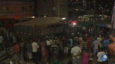 Carreta desgovernada prensa carro em ônibus e uma pessoa morre - Acidente aconteceu na noite deste sábado (14).