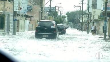 Ruas de Campos, RJ, ficam alagadas durante forte chuva nesta terça-feira - Diretor de Defesa Civil de Campos, RJ, falou sobre as consequências da chuva na cidade.