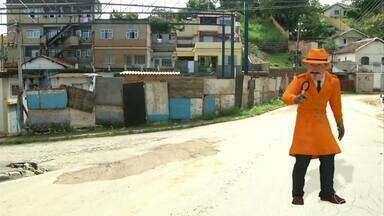 Zé do Bairro visita moradores de Barra Mansa, RJ - Ele voltou ao Piteiras para conferir se a reforma de uma quadra foi concluída.
