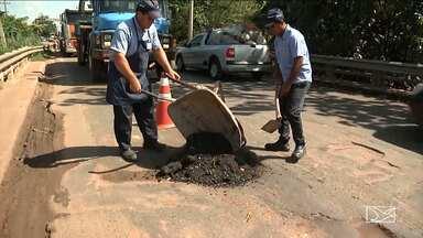 Motoristas encontram dificuldades para trafegar em rodovia no MA - Milhares de veículos que circulam diariamente pela BR-010 tem que trafegar em marcha lenta em um trecho urbano de Imperatriz por conta dos buracos.
