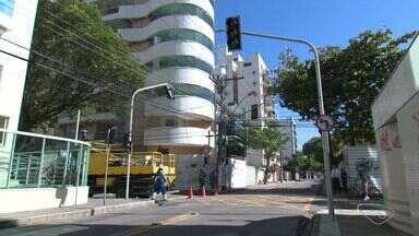 Cruzamento recebe semáforos após 19 acidentes em 3 meses no ES - Trecho fica entre ruas Fortunato Abreu e Antonio Lira em Jardim Camburi.