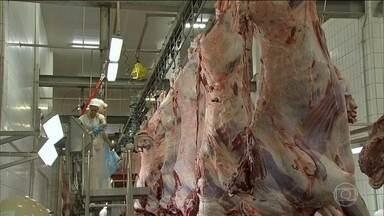 Hong Kong suspende importação de carnes brasileiras - O governo de Hong Kong anunciou que suspendeu a importação de carnes de boi e aves do Brasil por tempo indeterminado. Hong Kong é o maior comprador de carne bovina in natura do Brasil. Ano passado ficou na frente da China, Chile e da União Europeia.