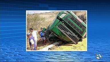 Uma carreta carregada de milho tomba em Correntes, no Agreste - Polícia Rodoviária Federal disse que o motorista perdeu o controle do veículo.