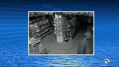 Livraria é arrombada na noite da segunda-feira (20) em Caruaru - Câmeras de segurança flagraram toda a ação dos ladrões.