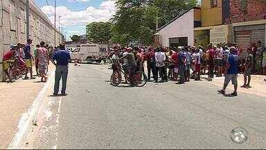 Policial reage a assalto e mata um dos assaltantes em Caruaru - Dois homens em uma moto estavam cometendo vários assaltos no bairro João Mota, quando tentaram assaltar o policial.