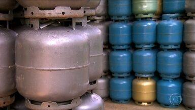 Botijão de gás de cozinha está mais caro - Começou a valer o aumento da Petrobras pras revendedoras. O reajuste foi de 9,8%. Só que tem comerciante cobrando ainda mais caro do consumidor.