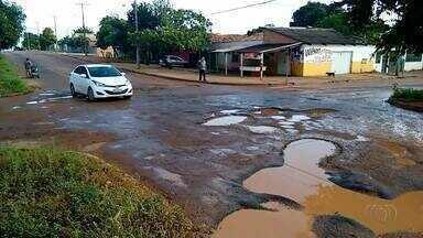 Motoristas invadem a contra mão para desviar de buracos em quadra de Palmas - Motoristas invadem a contra mão para desviar de buracos em quadra de Palmas