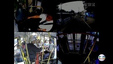 Bandido faz 30 reféns em assalto a ônibus em Niterói - RJTV teve acesso exclusivo às imagens das câmeras de segurança do ônibus. Bandido ameaçou uma das passageiras com uma arma. Ele estava em liberdade condicional.