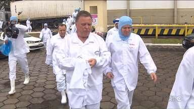 Ministro da Agricultura visita fábrica investigada pela Polícia Federal - O ministro acompanhou o trabalho dos fiscais na unidade que produz carne de frango.