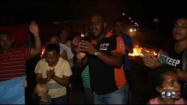 Moradores fazem protesto contra violência no Setor Garavelo Park, em Aparecida de Goiânia - Eles queimaram pneu em uma avenida.