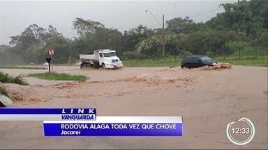 Moradores de Jacareí reclamam da Nilo Máximo cheia de água quando chove - Motoristas sofrem com o problema.