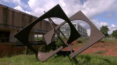 Museu de Arte de Brasília está fechado há 10 anos por problemas de administração - Assim como diversos outros prédios destinados a atividades culturais e artísticas, o MAB está em estado de abandono. Ele já foi o mais importante espaço das artes plásticas do DF e fica em uma área nobre, à beira do Lago Paranoá.