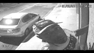Vídeo mostra furto de câmera de segurança de casa em Vitória - Homem subiu muro de casa para furtar câmera.