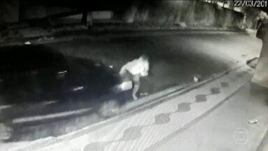 Polícia procura motorista de carro que atropelou moto no interior de SP - Em uma rua pouco movimentada da cidade de Descalvado, o motorista atropelou a moto e, em seguida, recuou e jogou o carro contra a mulher, que ainda tentava se recuperar. Ele fugiu. A PM suspeita de vingança.