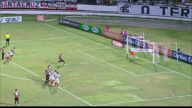 Santa Cruz vence com gol de pênalti e Campinense se classifica em segundo lugar - Raposa sofre gol no primeiro tempo no Arruda e agora terá caminho mais complicado na Copa do Nordeste