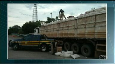 Polícia Rodoviária Federal apreende carga de cigarro em caminhão abandonado - Polícia Rodoviária Federal apreende carga de cigarro em caminhão abandonado