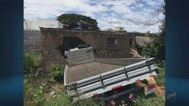 Caminhão bate em restaurante e dois ocupantes morrem em Andradas (MG) - Caminhão bate em restaurante e dois ocupantes morrem em Andradas (MG)
