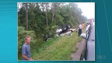 Homem morre em acidente na PR-151 em Ponta Grossa - O caminhão que ele dirigia teria saído da pista e capotou.