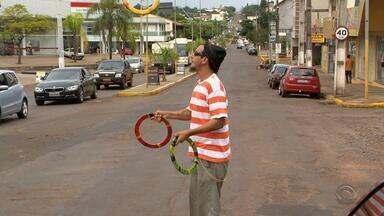 Criança cai de carro em movimento e é salva por artista de rua em Ijuí no RS - Assista ao vídeo.
