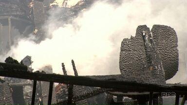 Incêndio destrói figurinos e cenários da encenação da Paixão de Cristo em Maringá - Grande parte dos materiais armazenados era inflamável.