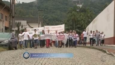 Giro de notícias: funcionários de frigorífico protestam contra fechamento da empresa - Giro de notícias: funcionários do frigorífico Peccin protestam contra fechamento da empresa